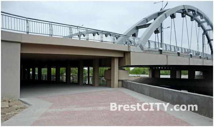 Проход под мостом в сторону Брестской крепости
