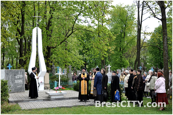 Радуница в Бресте. Поминальный молебен на Тришинском кладбище