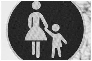 Авария. Знак. Женщина с ребенком. Пешеходы