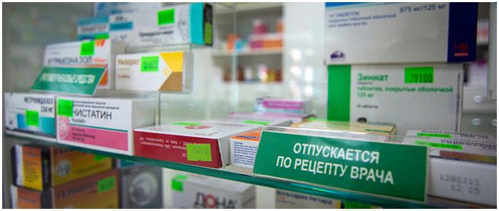 Лекарства на витрине в аптеке