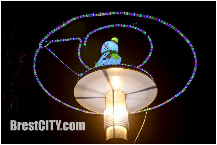 Снеговики-инопланетяне на бульваре Шевченко в Бресте