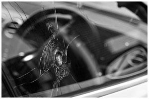 Стрельба по машине. Разбитое стекло