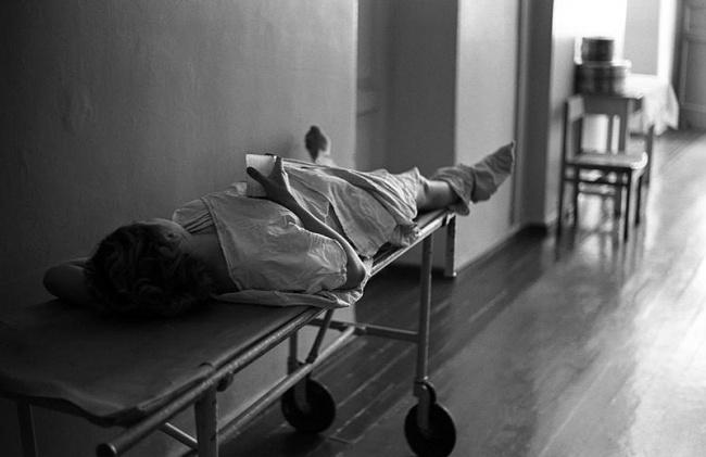 «Коридор роддома. Кефир после родов», 1-й клинический роддом, Новокузнецк, Сибирь, 29 июня 1981 года.