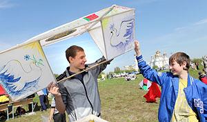 Запуск воздушных змеев в Бресте 8 мая 2014