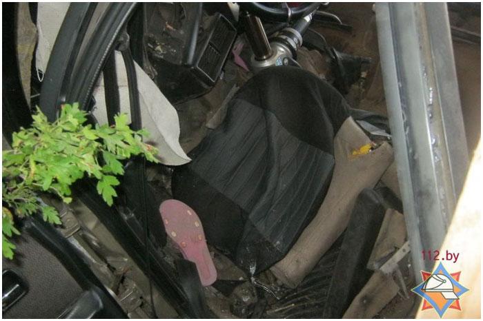 В Жабинсковском районе АУДИ врезалось в дерево. Заблокирована женщина