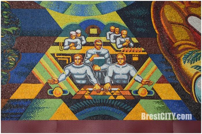 Панно из мозаики на здании БЭМЗа в Бресте