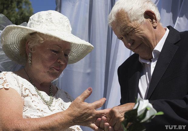 Свадьба пожилых людей возле Бреста
