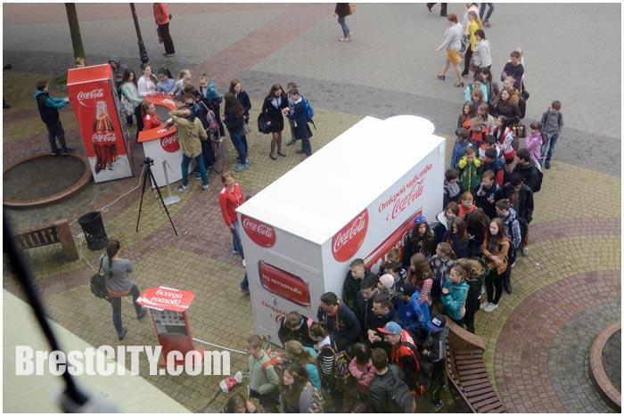 Очередь за бесплатными баночками Кока-Колы возле кинотеатра Беларусь в Бресте