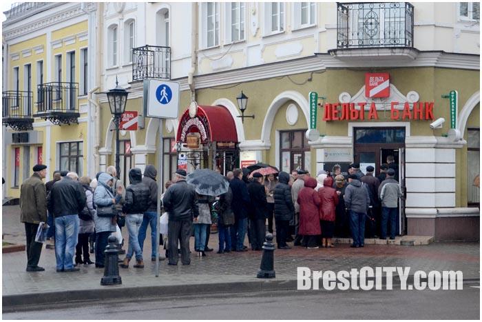 Вкладчики Дельта Банка в Бресте стоят в очереди, чтобы написать заявление на возврат вкладов