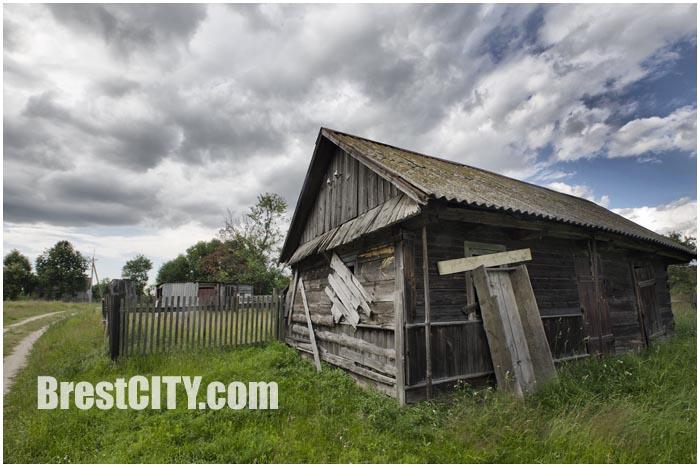Пустующий дом в деревне.