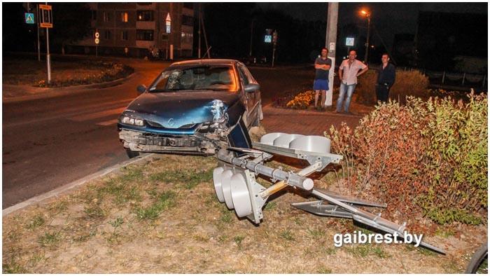 Пьяный водитель снес в Пружанах светофор