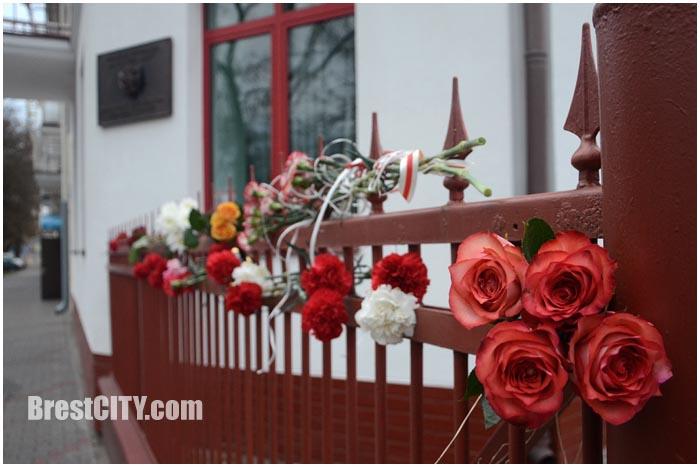 Цветы у консульства Франции в Бресте. Теракт 13 ноября 2015. Фото BrestCITY.com