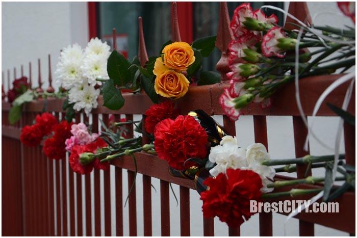 Цветы у консульства Франции в Бресте. Фото BrestCITY.com