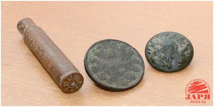 Старые монеты и гильза