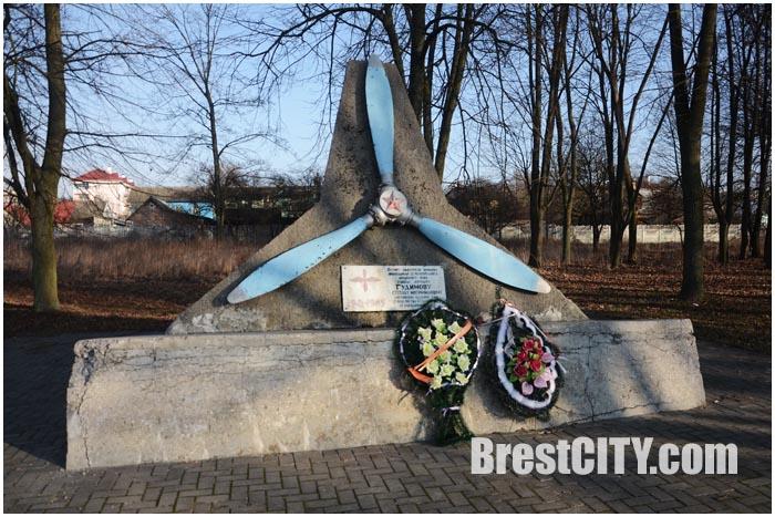 Памятник летчику Гудимову, который 22 июня совершил воздушный таран