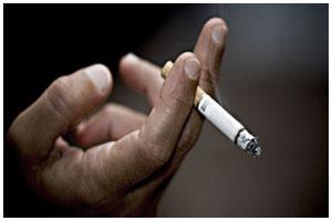 Курение на улице. Сигарета в руках мужчины
