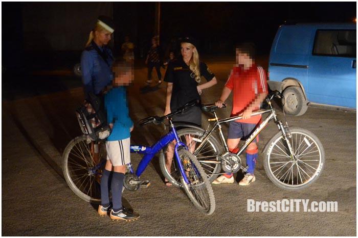 Велосипедист вечером на дороге без фликеров. Фото BrestCITY.com