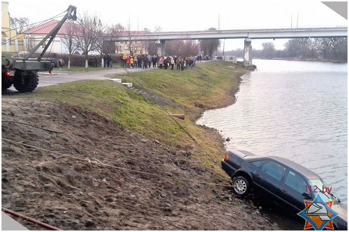 В Пинске в реку укатился автомобиль АУДИ