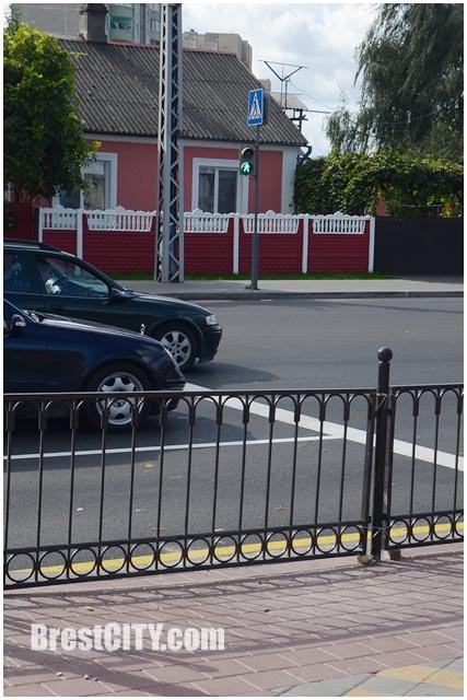 Закрыт пешеходный переход на перекрестке Пионерская  - Я.Купалы. Фото BrestCITY.com
