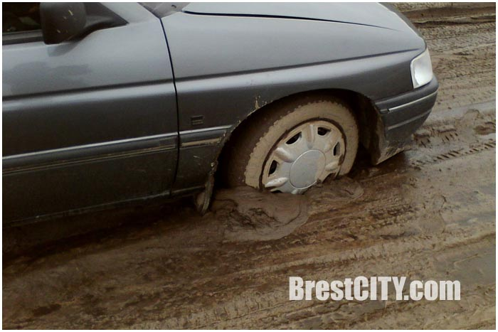 Разбитая дорога в Бресте в районе Плоска-Мощенка