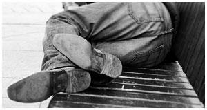 Мужчина спит на лавке