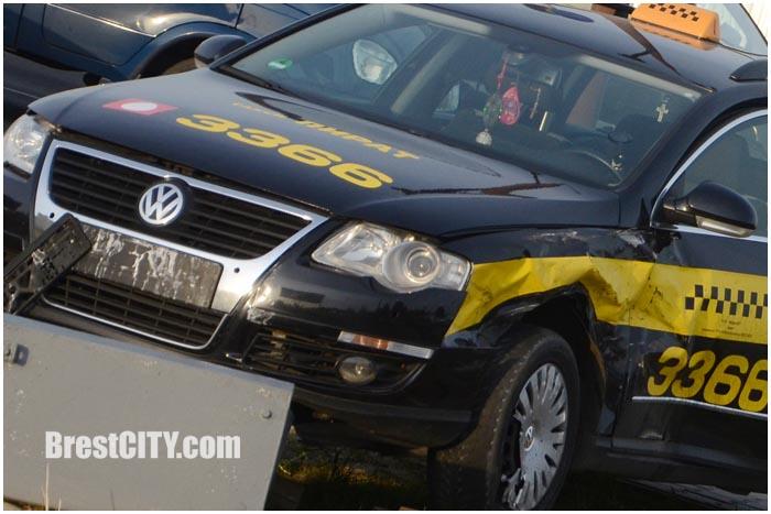 Авария с участием автомобиля такси в Бресте. Фото BrestCITY.com