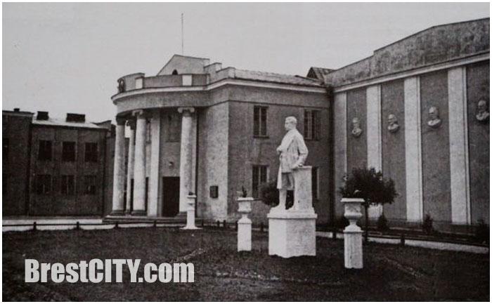 Брестский драмтеатр на старых фото. Памятник Сталину