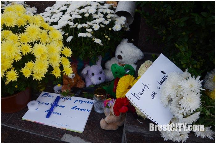 Брестчане несут цветы, игрушки и лампадки к консульству России