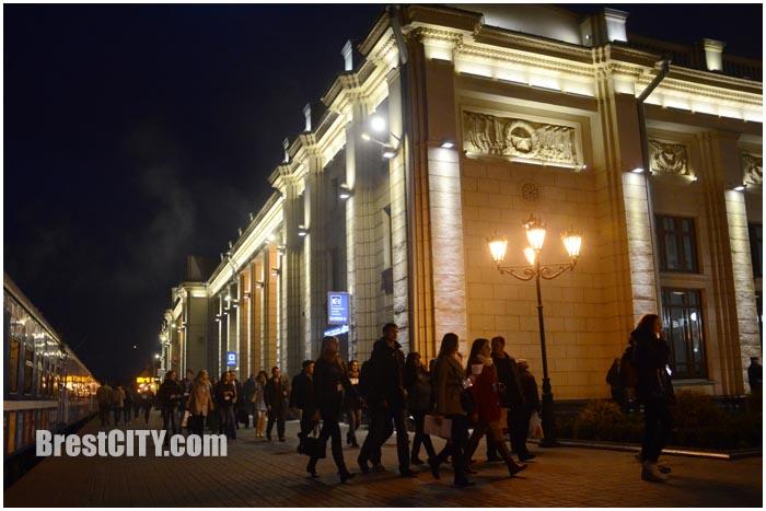 Брестский ЖД вокзал ночью. Фото BrestCITY.com