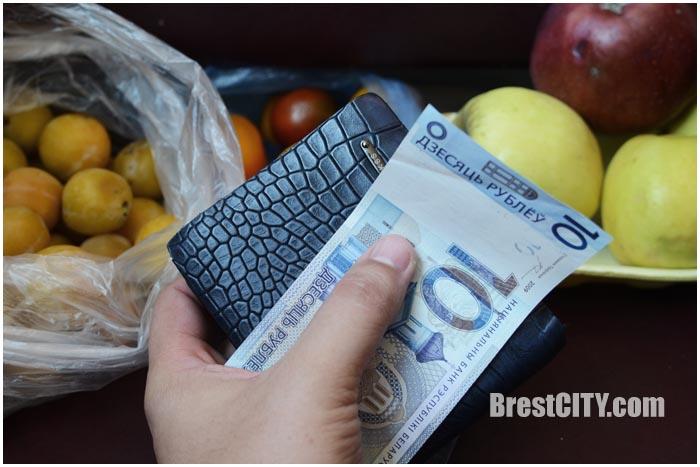Рассчитываются на рынке. 10 белорусских рублей