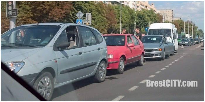 Авария 4 автомобиля столкнулись в Бресте 9 августа 2016 на пр.Машерова