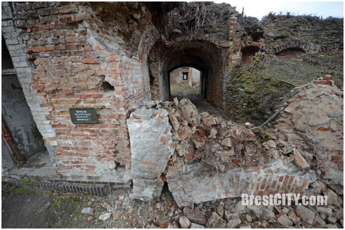 Аварийная арка обрушилась на руинах Бернардинского монастыря