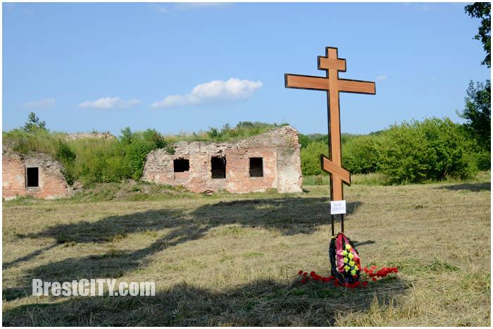 Крест возле Бернардинского монастыря что в Брестской крепости. Фото BrestCITY.com