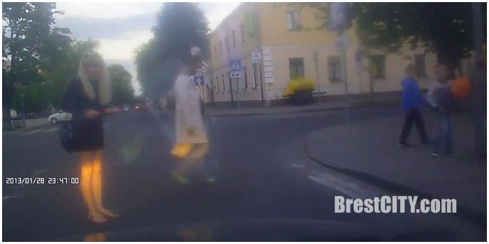 Конфликт водителя и блондинки на улице Пушкинской в Бресте