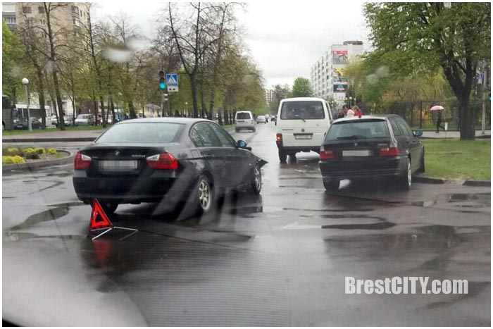Два БМВ столкнулись на перекрестке бульвар Космонавтов - Мицкевича