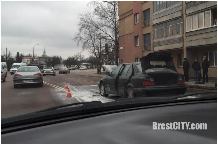 На Брестский дивизий загорелся автомобиль БМВ