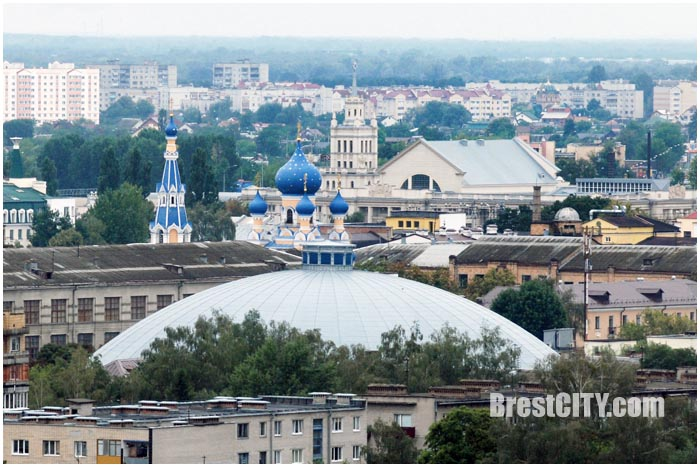 Вид на вокзал и церковь Бреста с крыши