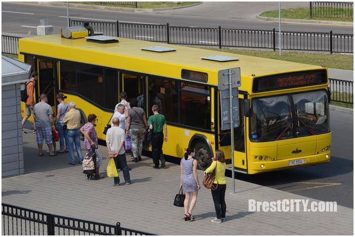 Автобус на остановке в Бресте на пригородном вокзале. Фото BrestCITY.com