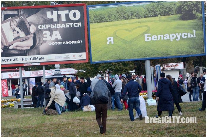 Раздача теплых вещей чеченским мигрантам в Бресте. Фото BrestCITY.com