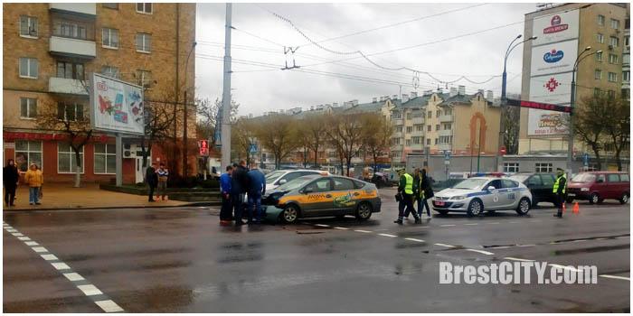 Авария. Такси СИТИ в Бресте 25 апреля 2016. Фото BrestCITY.com