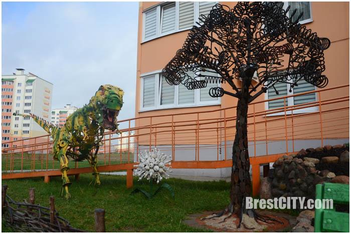 Динозавр из запчастей в Бресте. Фото BrestCITY.com