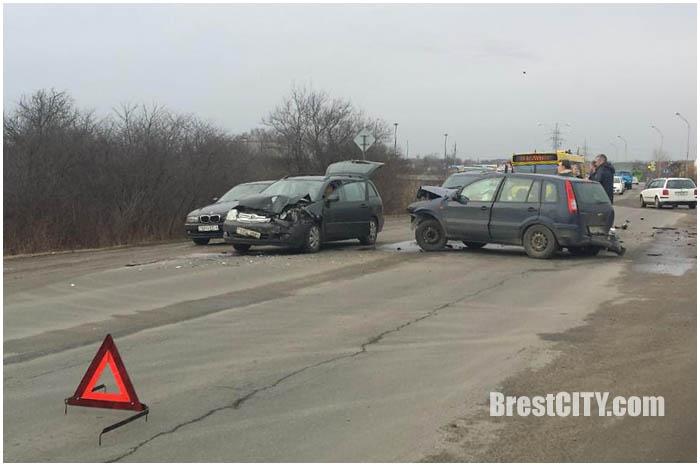 Авария на улице Радужной в Бресте 19 февраля 2016