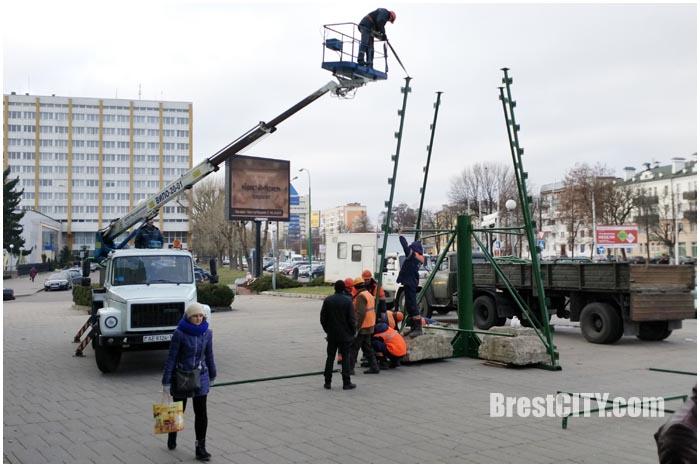 Монтаж новогодней елки на ЦУМе. Фото BrestCITY.com