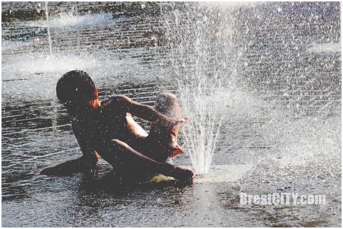 Жара. Дети купаются в фонтане на Набережной. Фото BrestCITY.com