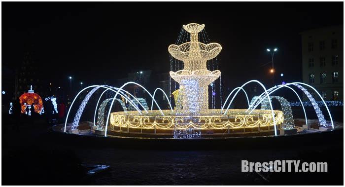 Большой новогодний фонтан на площади Ленина в Бресте. Фото BrestCITY.com