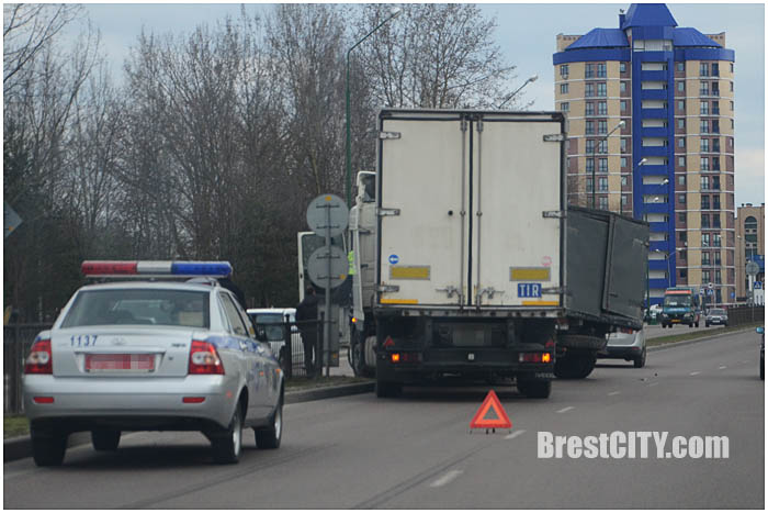 Фура протаранила грузовик на Гродненской. Фото BrestCITY.com