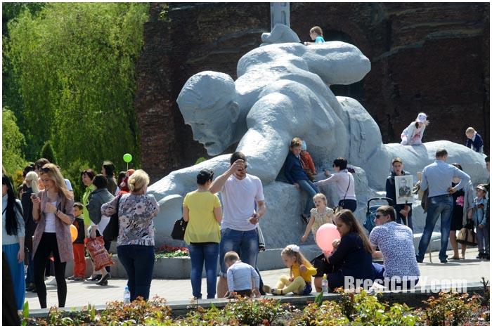 Брестская крепость 9 мая 2016 года. Памятник жажда