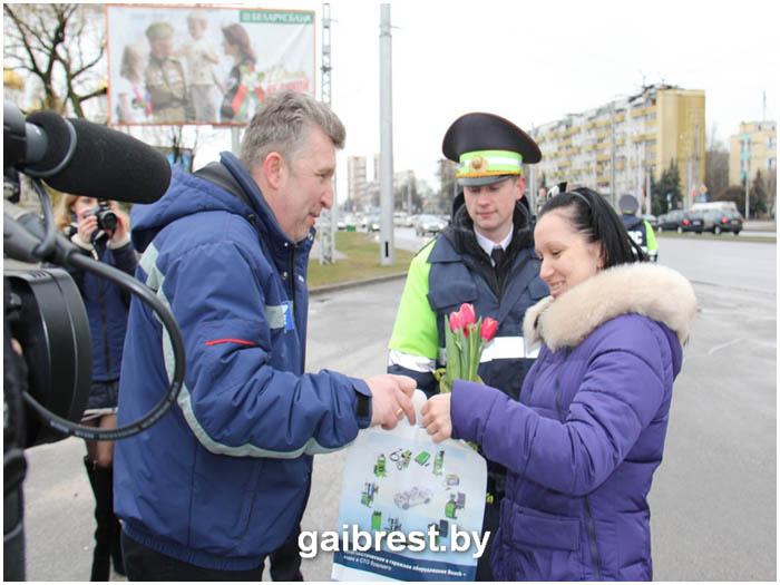 ГАИ поздравили водителей-женщин с 8 марта