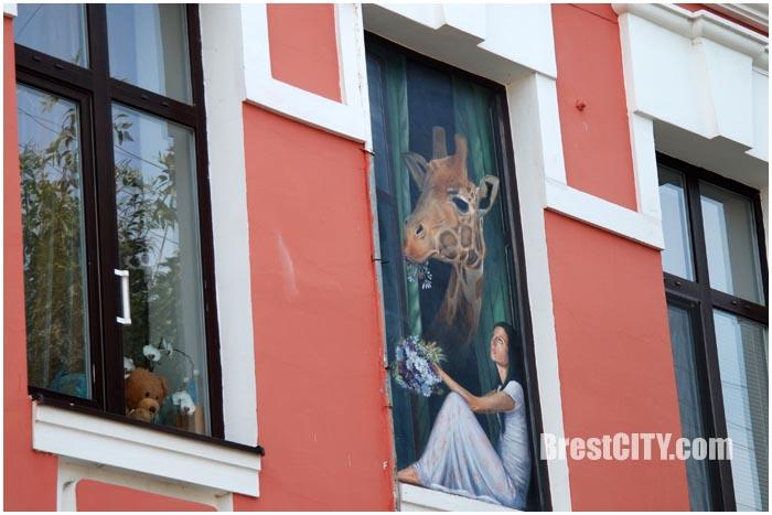 Жираф в окне. Картина на перекрестке ул.Дзержинского и Советской