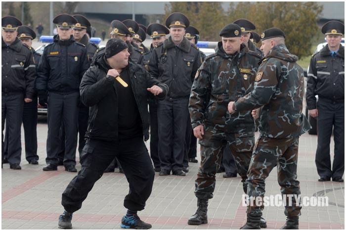 Инструктаж милиции возле Брестской крепости 24 марта 2016